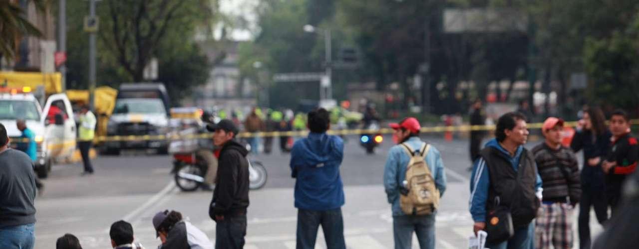 En tanto, la sede del Senado t los alrededores, amaneció cercada por bardas metálicas, de casi 4 metros de alto y cientos de elementos de las Policías Federal, capitalina y Ministerial, que controlan los accesos en Avenida Insurgentes, y las Calles Madrid y París.