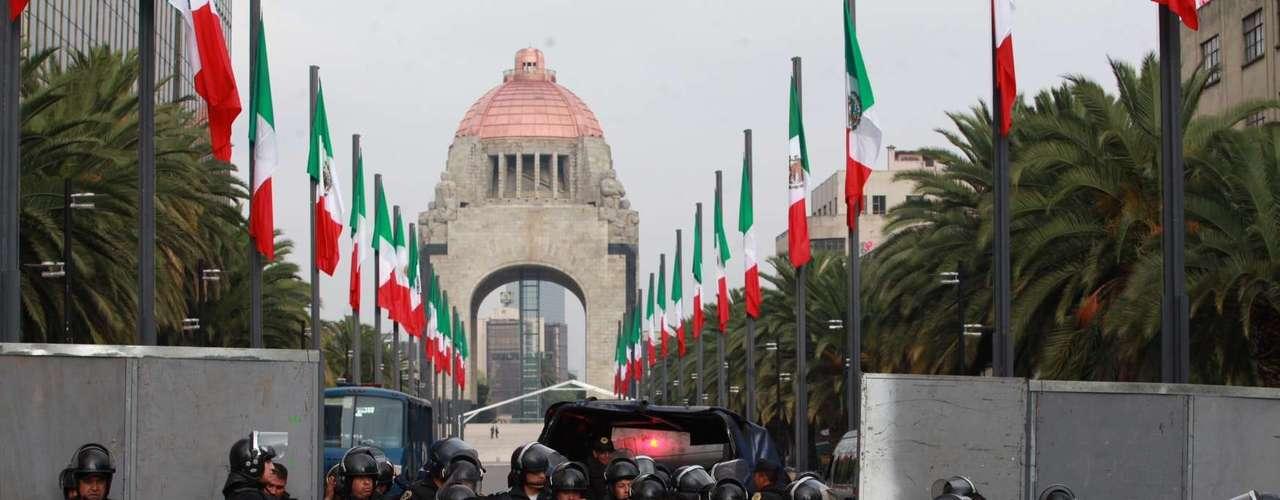 Senadores de la República tuvieron que llegar a pie por la calle de Vallarta y otras cercanas al recinto legislativo debido al bloqueo vial.