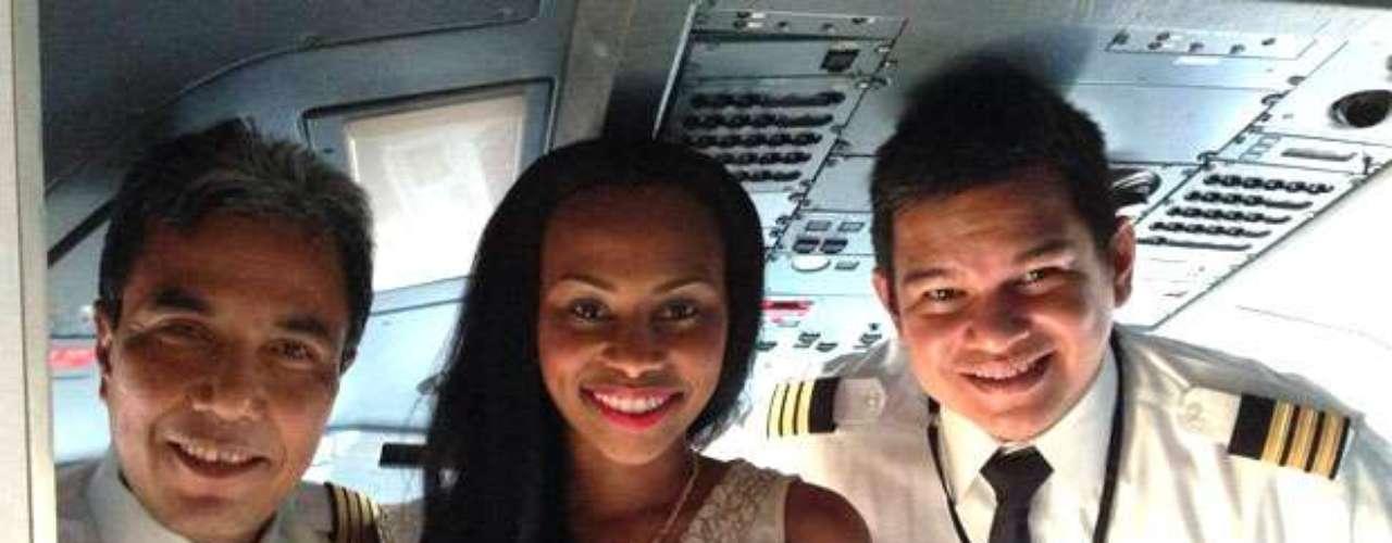 Miss Islas Vírgenes no quiere perderse ningún momento para la posteridad y aprovechó para tener su fotografía con los pilotos del la aeronave que la trajo a estas hermosas tierras de oriente.