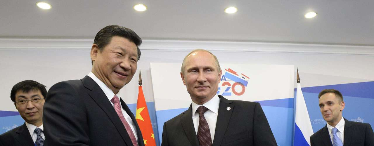 Russia's President Vladimir Putin (R) shakes hands with his Chinese counterpart Xi Jinping during a meeting at the G20 Summit in Strelna near St. Petersburg, September 5, 2013.  REUTERS/Alexander Nemenov/Pool (RUSSIA - Tags: POLITICS BUSINESS)