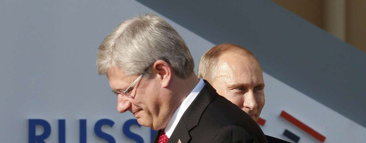 Russia's President Vladimir Putin (R) welcomes Canadian Prime Minister Stephen Harper before the first working session of the G20 Summit in Constantine Palace in Strelna near St. Petersburg, September 5, 2013.         REUTERS/Grigory Dukor (RUSSIA  - Tags: POLITICS)