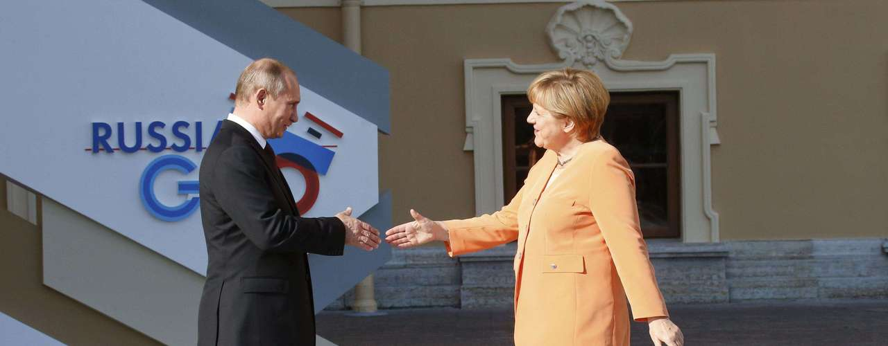 Russia's President Vladimir Putin (L) welcomes German Chancellor Angela Merkel before the first working session of the G20 Summit in Constantine Palace in Strelna near St. Petersburg, September 5, 2013.            REUTERS/Grigory Dukor (RUSSIA  - Tags: POLITICS)