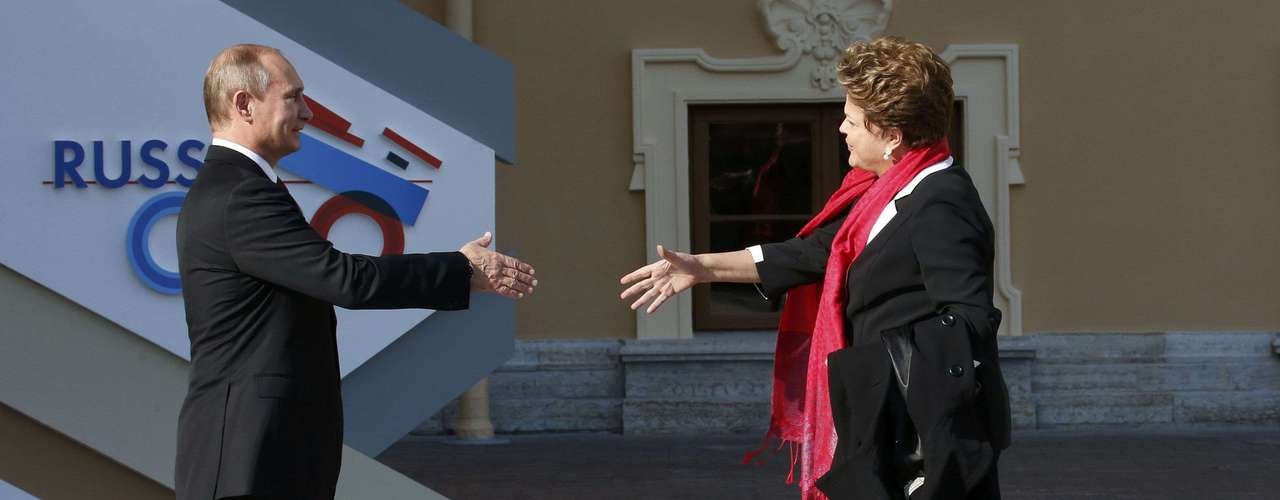 Russia's President Vladimir Putin (L) welcomes Brazil's President Dilma Rousseff before the first working session of the G20 Summit in Constantine Palace in Strelna near St. Petersburg, September 5, 2013.             REUTERS/Grigory Dukor (RUSSIA  - Tags: POLITICS)