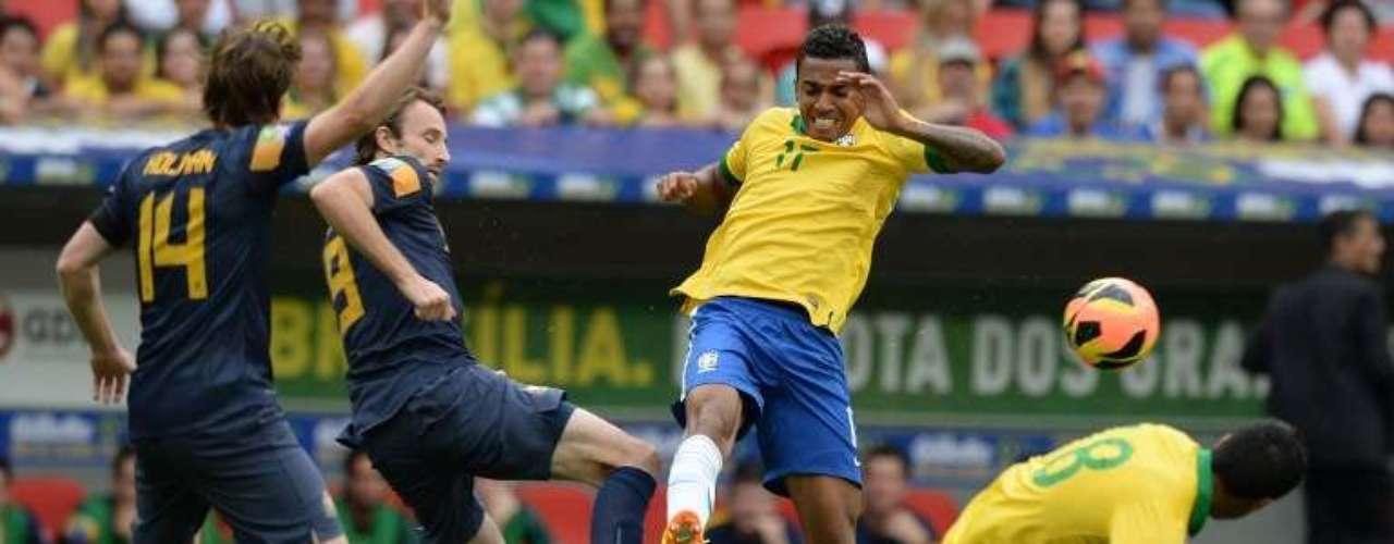 Con doblete de Jo y goles de Neymar, Ramires, Pato y Luis Gustavo, Brasil goleó 6-0 a Australia, en duelo amistoso de preparación rumbo a la Copa del Mundo.