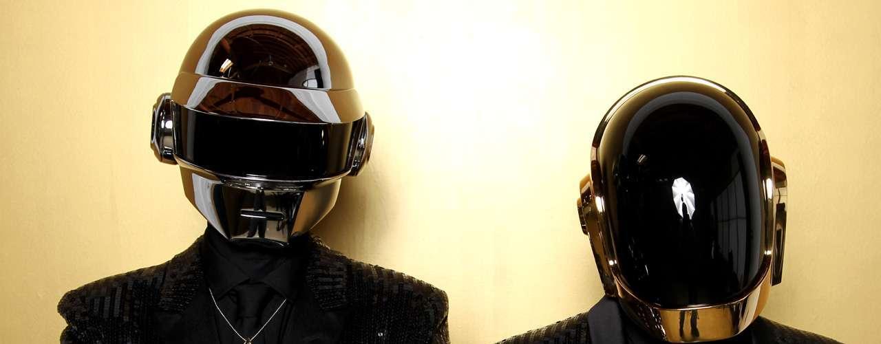 La tercera casilla es para Daft Punk y su pegajosa 'Get Lucky'. El sencillo alcanzó un éxito tal que existen numerosas versiones del mismo, Florence de Florence and The Machine se sumó a la moda interpretándolo en una presentación en vivo.