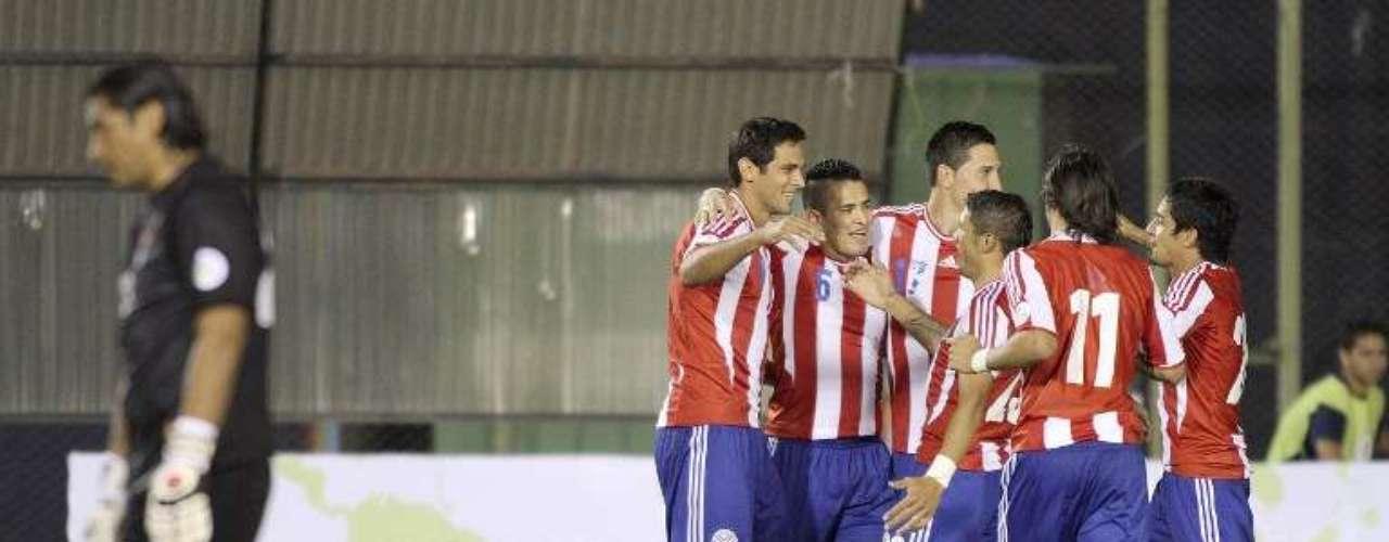 Los jugadores de Paraguay felicitan a Roque Santa Cruz, luego del segundo gol del partido.