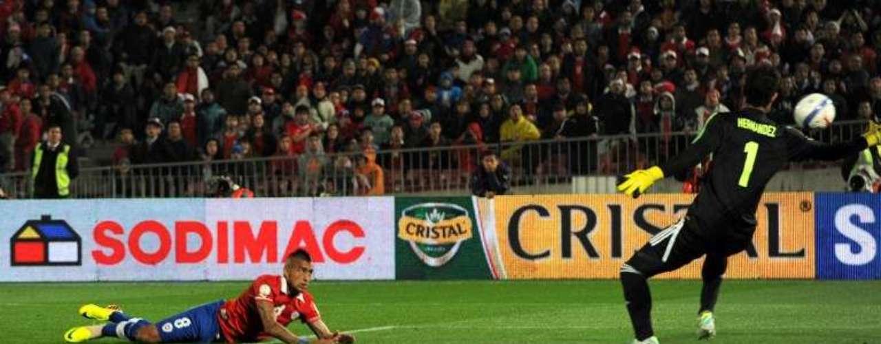 Arturo Vidal cerró la cuenta en la goleada de Chile, que catapultó a los andinos al tercer con 24 puntos.