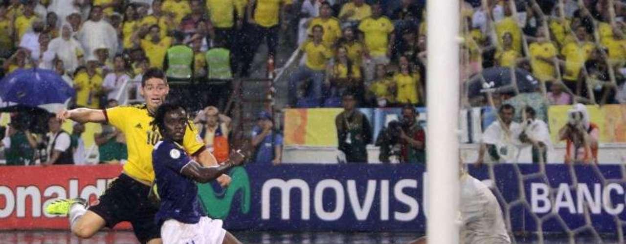 El momento en el James Rodríguez dispara para marcar el gol del triunfo colombiano.
