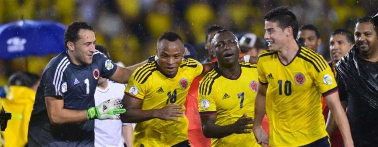 Colombia sufrió para vencer 1-0 a Ecuador con anotación de James Rodríguez, pero con la victoria empató a Argentina con 26, en el primer lugar de Conmebol, aunque La Albiceleste tiene mejor diferencia de goles.