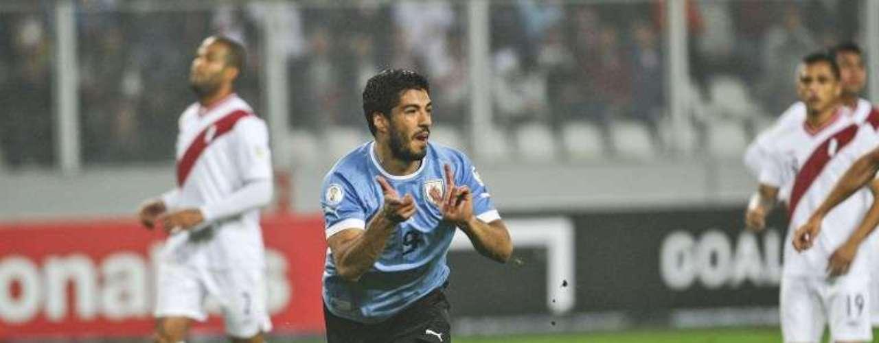 Luis Suárez fue la estrella de Uruguay al marcar un doblete en el triunfo 2-1 en Perú, con el que los charrúas se metieron en zona de repechaje.