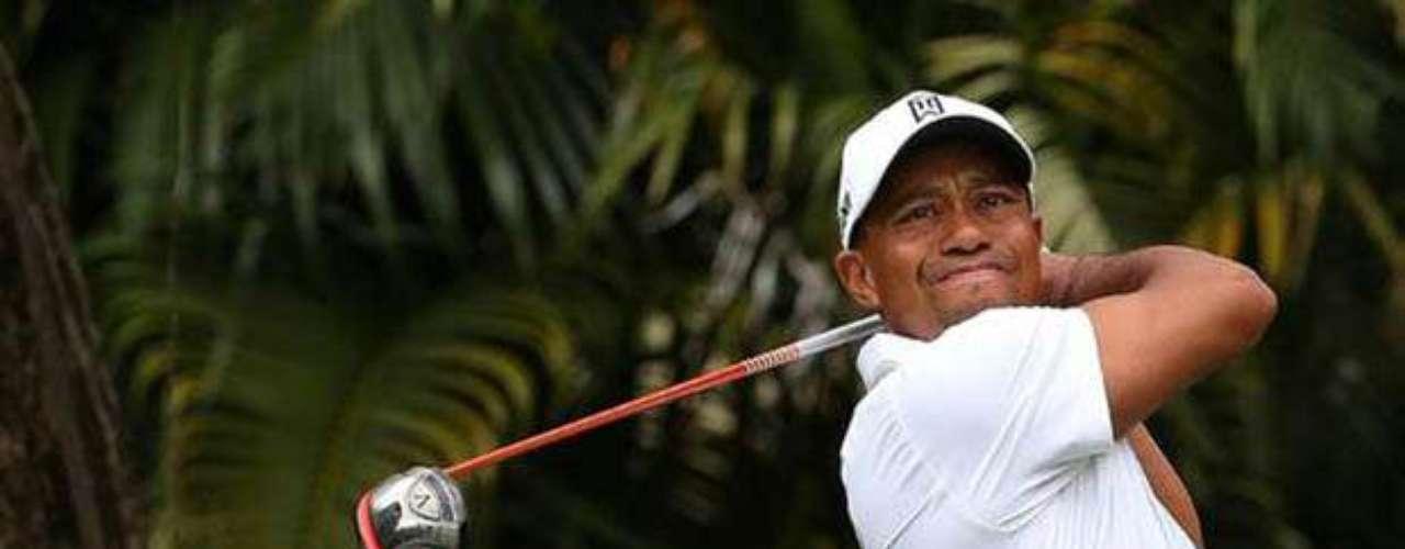 Tiger Woods: El golfista salió mal parado cuando se descubrió que, estando casado y con hijos, mantenía varias relaciones extramatrimoniales con mujeres jóvenes. La cifra de amantes fue tal que Woods tuvo que admitir que era adicto al sexo y acudió a rehabilitación.