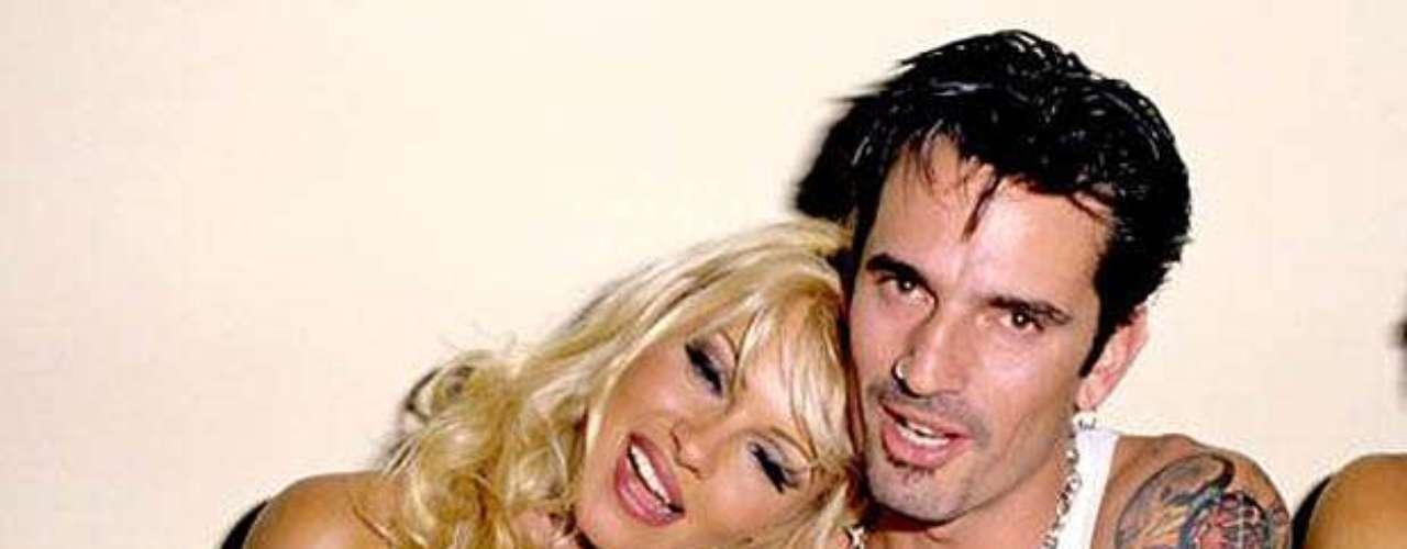 Pamela Anderson: La exestrella de Guardianes de la Bahía se vio expuesta en video casero del acto sexual con Tommy Lee en un paseo en yate, durante su luna de miel.