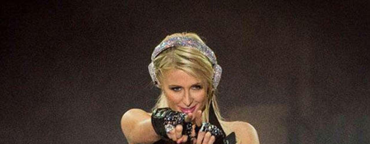 Paris Hilton: La heredera del emporio Hilton saltó a la fama por el video sexual que protagonizó con Rick Solomon, exmarido de Pamela Anderson. La socialité no obtuvo ni un centavo de la comercialización que se hizo de su escándalo sexual.