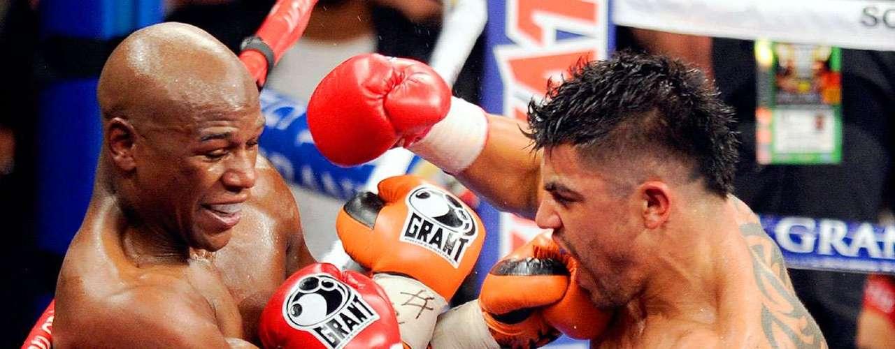 Septiembre 17, 2011: Victor Ortiz. Ganó 40 millones de dólares. KO al cuarto round. A Ortiz se le quitó un punto por darle un cabezazo a  Mayweather.