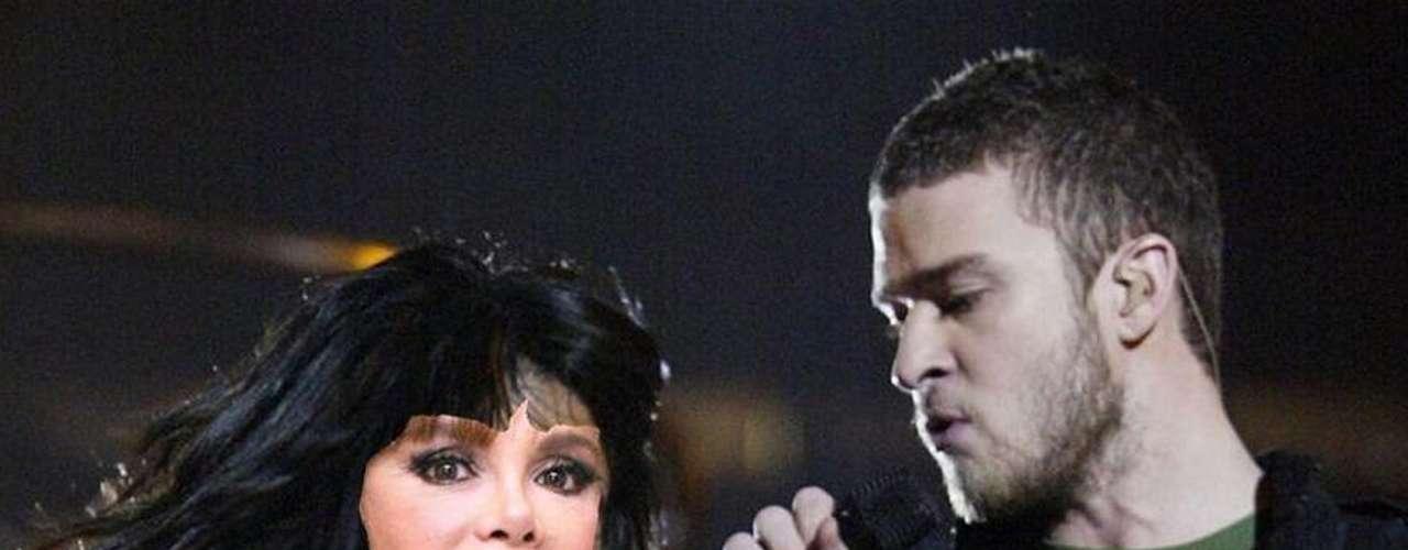 ¡EnseñaLucía Méndez de más! La actriz dejó un pecho al aire cuando se presentó con Justin Timberlake en el medio tiempo del Super Bowl; ah no, esa fue Janet Jackson.