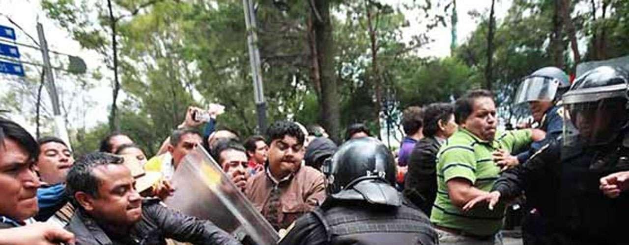 Con sus escudos, los efectivos de seguridad cerraron el paso a los profesores sobre Paseo de la Reforma, que pretendían bloquear Periférico.