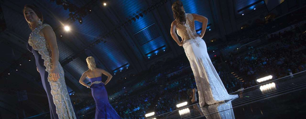 Miss America pageant contestants compete in the evening gown competition during the preliminary round in Atlantic City, New Jersey, September 10, 2013. Miss America will be crowned during the final ceremony on Sunday, September 15.    REUTERS/Carlo Allegri  (UNITED STATES - Tags: ENTERTAINMENT SOCIETY)