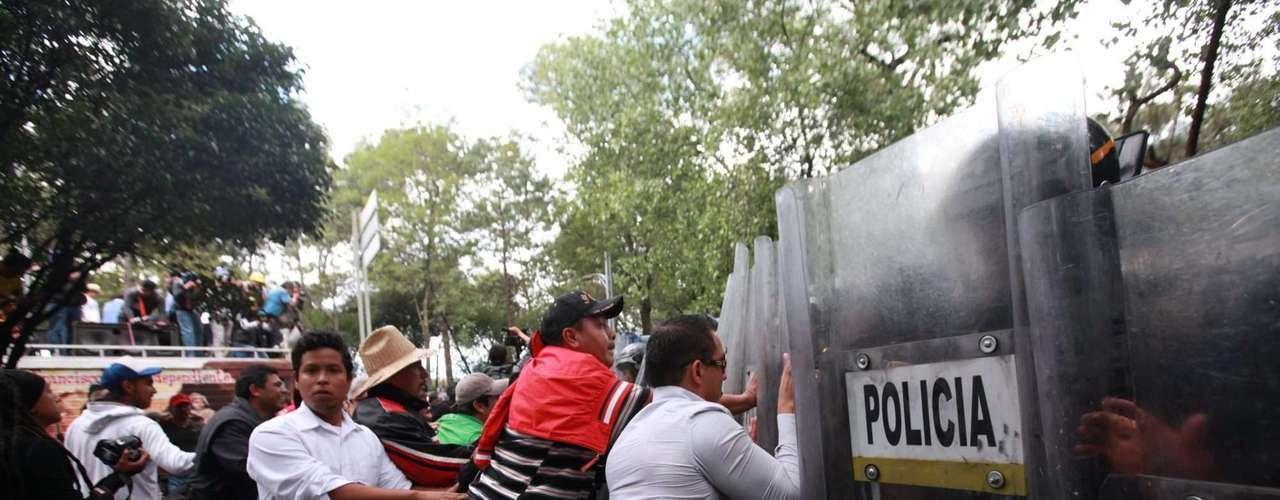 Durante la refriega los manifestantes derribaron una malla ubicada en la lateral del Circuito Interior y con los tubos que la sostenían, arremetieron contra los uniformados.