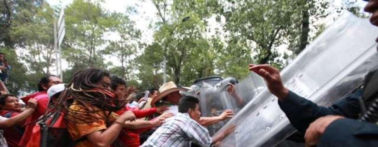 De acuerdo con información de la SSPDF, otro contingente de integrantes de la CNTE pretendía avanzar hacia el Periférico para bloquear el tránsito, pero fueron repelidos por los granaderos.