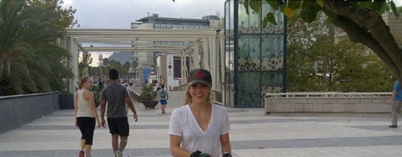 11 de Septiembre - Shakira presume de sus habilidades como patinadora posteando esta foto ahora en solitario y por fin sin Milan a su lado donde dice que en esa ocasión le tocó andar en patines