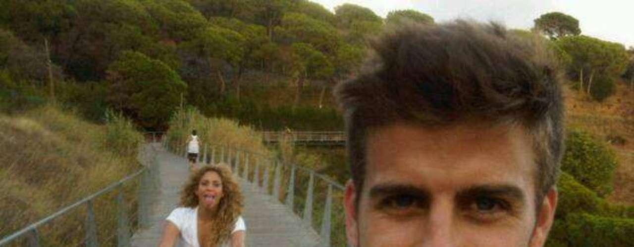 11 de Septiembre - Piqué no se pudo quedar atrás y también publicó una foto junto a su amada mientras los dos paseaban en bicicleta. ¡Qué linda pareja!