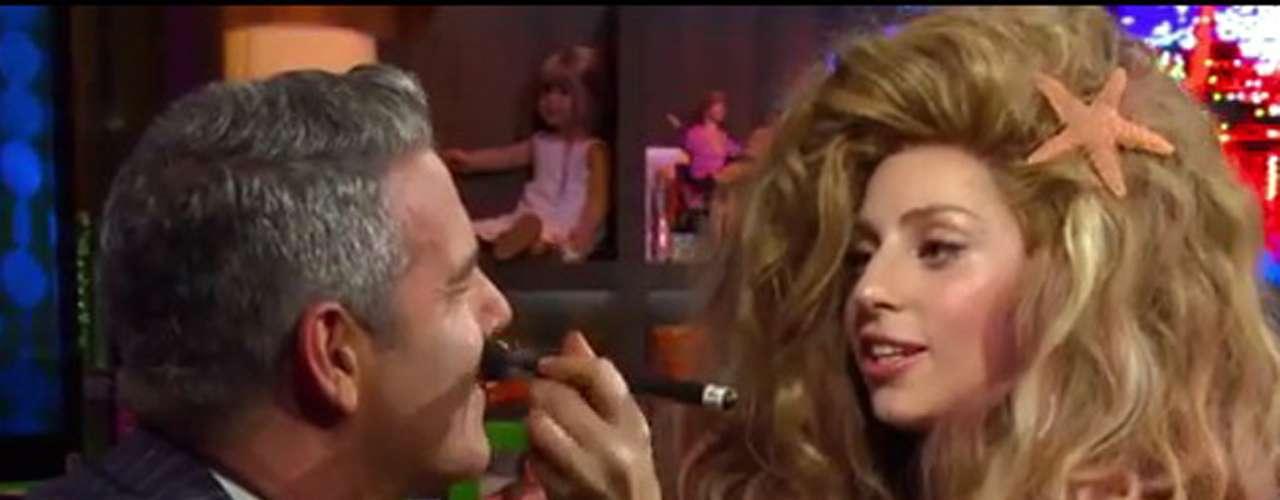 Lady Gaga reveló en el programa de televisión'Watch What Happens Live' que le gustan las mujeres lesbianas por su atrevimiento de llamar la atención. Un comentario muy ambiguo sobre sus preferencias sexuales, porque reafirmó estar muy enamorada deTaylor Kinney.