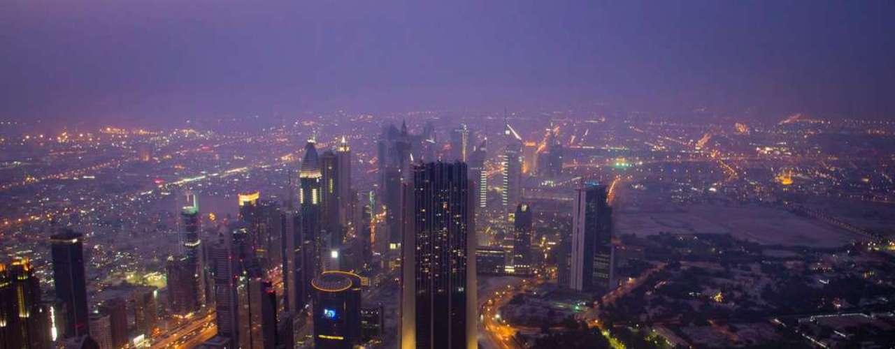 Dubai desde el Burj. Con sus 828 metros de altura este rascacielos de uso residencialocupa el primer puesto en el ránkin de las construcciones más altas del mundo y ofrece una panorámica insuperable de ciudad.