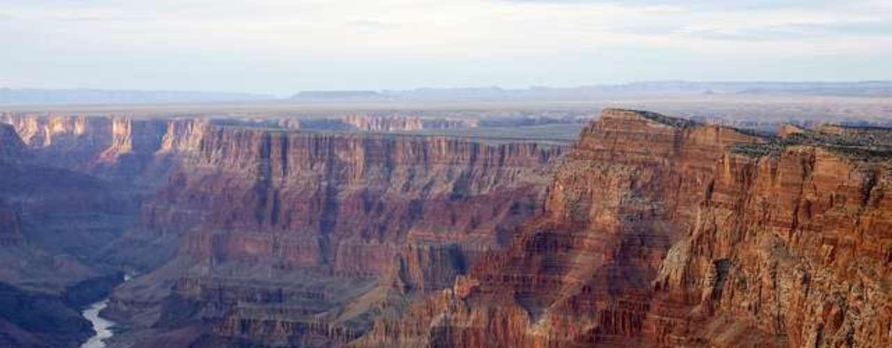 El Gran Cañón del Colorado desde su mirador. El presidente Theodore Roosvelt y las películas del Oeste popularizaron este parque natural que dispone de su propio Skywalk, una pasarela de 21 metros hecha de acero y vidrio que se eleva sobre el valle.