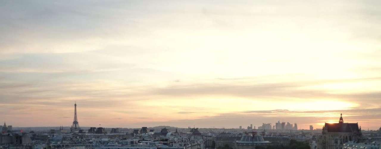 París desde el Museo Pompidou. Quizás la vista más emblemática de París sea la que ofrece la Torre Eiffel pero la vida urbana que el visitante puede observar desde las terrazas del museo Pompidou no son comparables con ninguna otra. El Museo Nacional de Arte Moderno está construido sobre el espacio que antes ocupaba el mercado de Les Halles y un barrio mezcla de turistas, gente joven, artistas y yuppies.