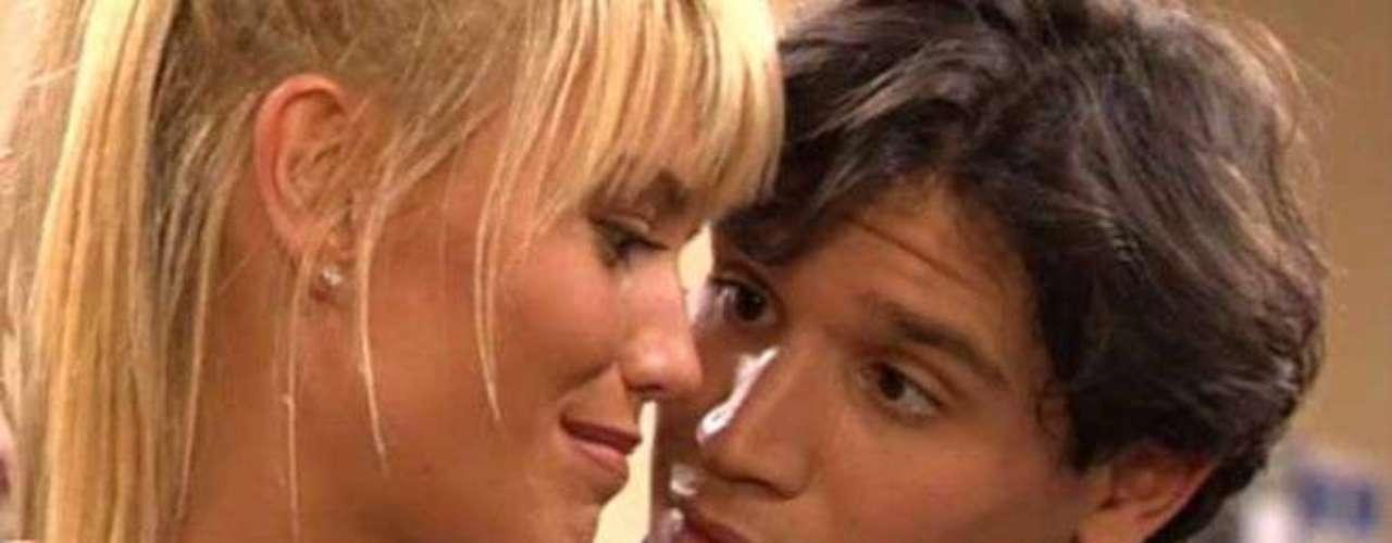 Raquel Meroño (aquí con Peris Mencheta) fue otro de los rostros populares de 'Al salir de clase'. Estuvo lejos de los focos para ser madre, pero ha vuelto recientemente a la escena teatral de Madrid con 'El hijo de puta del sombrero'.