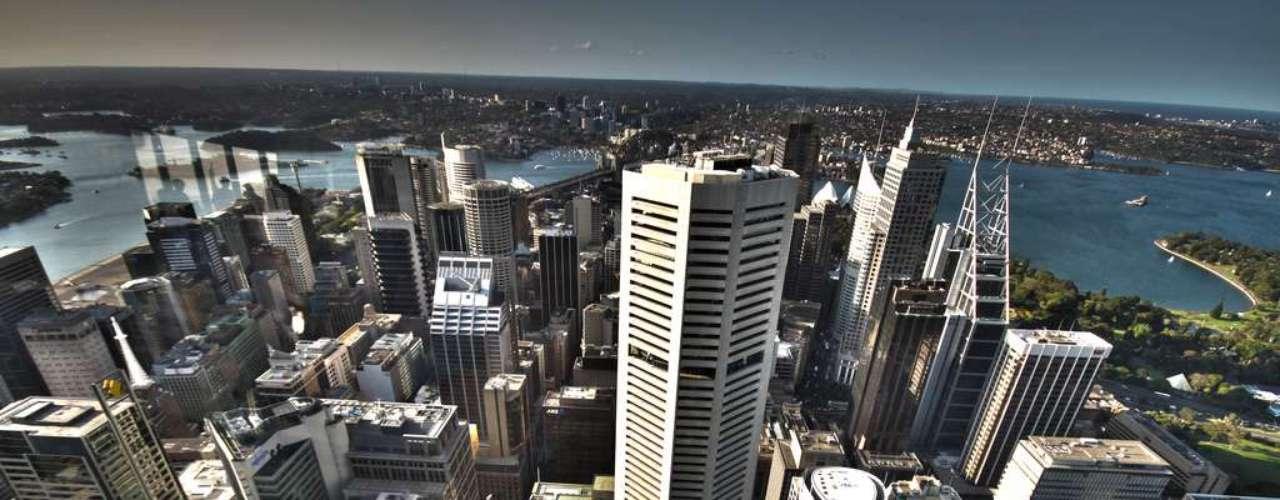 Sydney desde la Sydney Tower. La torre también conocida como AMP Tower ofrece unas espectaculares vistas de la capital de Nueva Gales del Sur. Quienes quieran disfrutar de esta panorámica podrán hacerlo desde una plataforma de acceso público situada a una altura de 251 metros sobre el Central Business District.