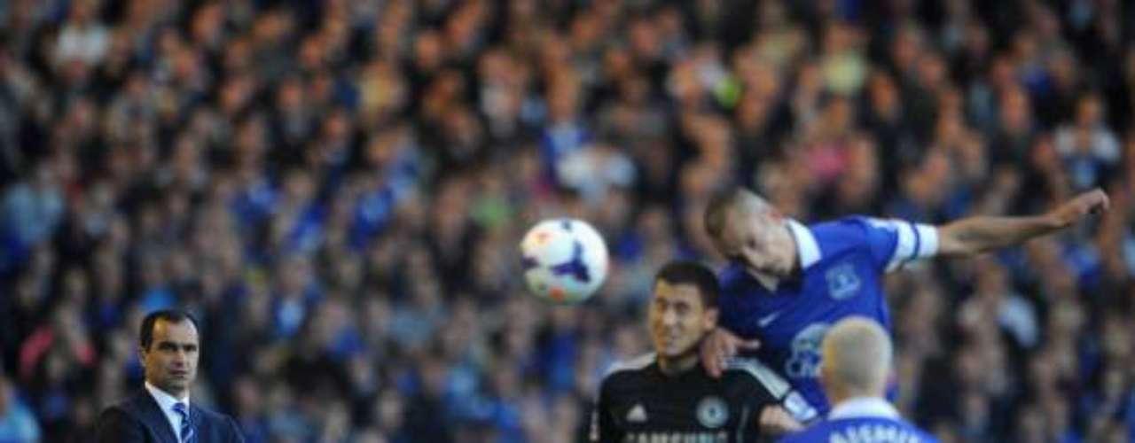 Roberto Martínez, técnico del Everton, observa las acciones muy de cerca en su zona.