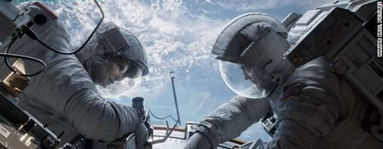 'Gravity'. El drama espacial de Sandra Bullock y George Clooney abrió el Festival de Venecia,estará en San Sebastián y en Toronto ha vuelto a cosechar buenas críticas. Los espectaculares planos rodados por Alfonso Cuarón y el trabajo de sus actores siguen apoyando la carrera promocional de la película.