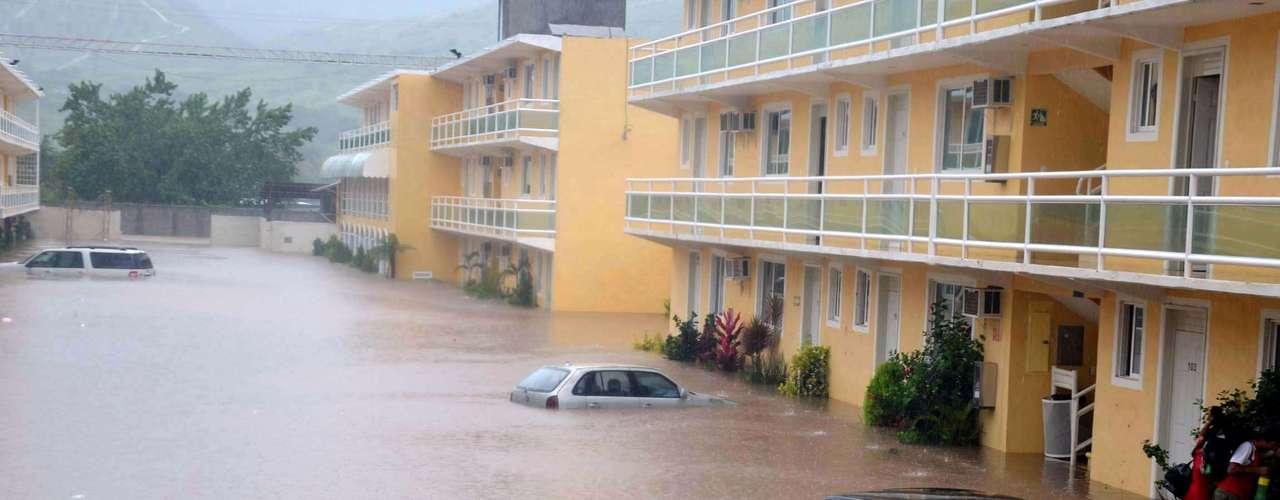 Muertos, desaparecidos, inundaciones, deslaves en carreteras y cierre de puertos y aeropuertos, así como miles de personas refugiadas en albergues, dejaron a su paso por territorio mexicano el huracán \