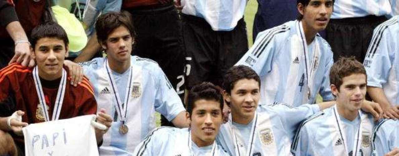 Fernando Gago (último sentado a la derecha) logró el tercer puesto con Argentina en 2003, y al año siguiente debutó en Boca Juniors, donde tras un gran rendimiento pasó al Real Madrid. Tras un buen comienzo, pasó por Valencia y Roma, sin destacarse, hasta regresar al fútbol argentino. Hoy se encuentra nuevamente en Boca, pero con un lugar fijo en su selección.