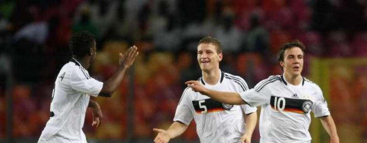 Mario Götze (10) es una de las promesas del fútbol alemán que está en plena maduración. Tras un buen rendimiento en 2009, llegó a la selección mayor al año siguiente, donde se convirtió en uno de los jugadores más jóvenes en debutar en la red. Tras sobresalir en el Dortmund, hoy Gotze es una de las estrellas del Bayern Munich.