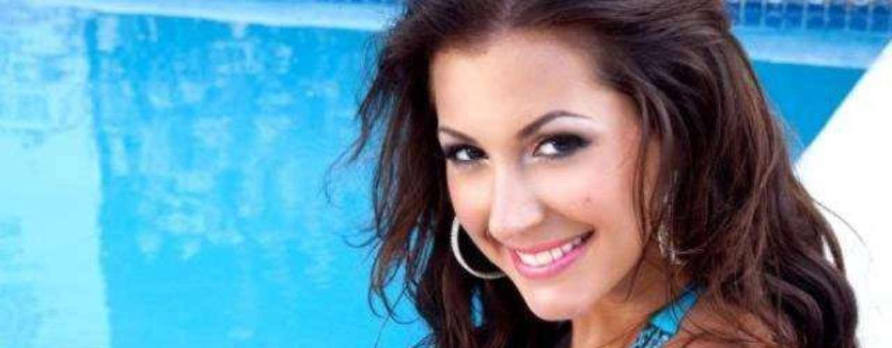 Miss Jamaica - Kerrie Baylis. Tiene 25 años de edad, mide 1.79 metros (5 ft 10 12 in)de estatura y reside en Kingston