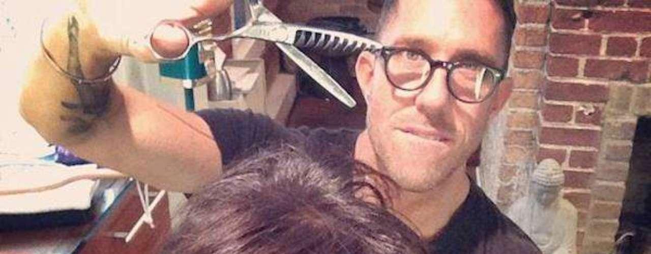 23 de Septiembre - Kris Jenner se cortó su cabellera y nos regaló esta imagen con su estilista.