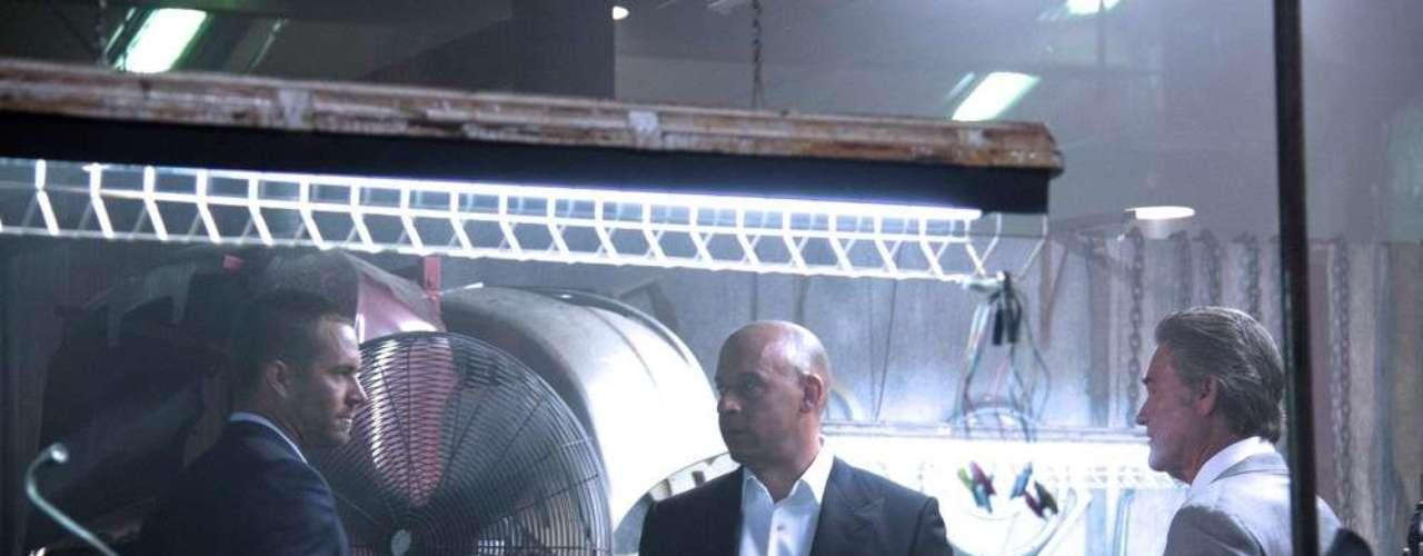 Vin Diesel, el actor protagonista de las películas de Rápidos y Furiosos, se ha encargado de difundir imágenes directo desde el set de filmación de la séptima entrega de la saga. Junto a él, vemos a otros actores clásicos de las cintas como Paul Walker, Dwayne Johnson, Tyrese Gibson, Lucas Black (quien reaparece después de Tokio Drift) y Jason Statham, así como a Kurt Russell.