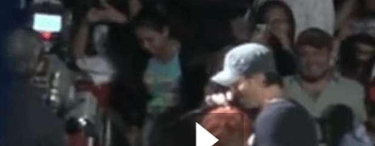 En septiembre de 2013,Iglesias fue manoseado por una fan. El cantante no sólo no opuso resistencia, sino que colaboró con su seguidora y hubo que poner atención en las manos de la desinhibida fan.