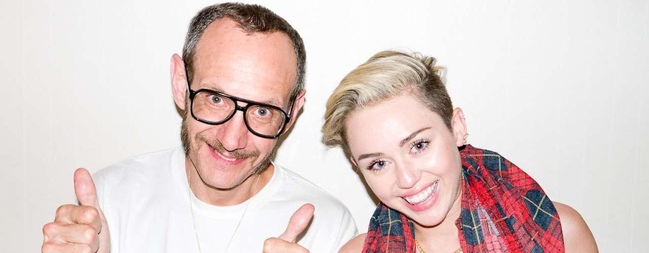 Miley Cyrus no sólo ha generado polémica con esta sesión de fotos, sino también con su famosotwerkingy sus desnudos en videoclips musicales como 'Wrecking Ball'.