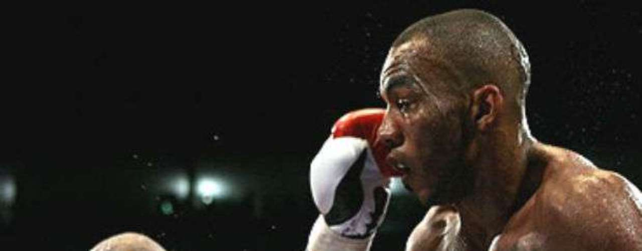 En 2008, Bradley derrotó al británico Junior Witter para arrbatarle el título Superligero del CMB. El estgadounidense comenzaba a abrirse paso en las peleas de títulos.