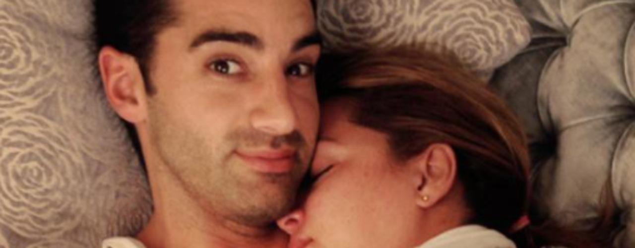 10 de Octubre - Adamari López nos regaló esta hermosa foto junto a su amado Tony Costa donde le declara su amor. ¡Qué románticos!