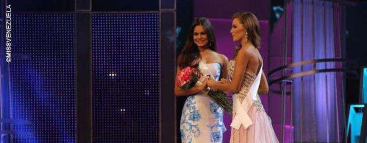 Ansiosas Miss Guárico y Miss Costa Oriental se toman de las manos mientras anuncian a la ganadora.
