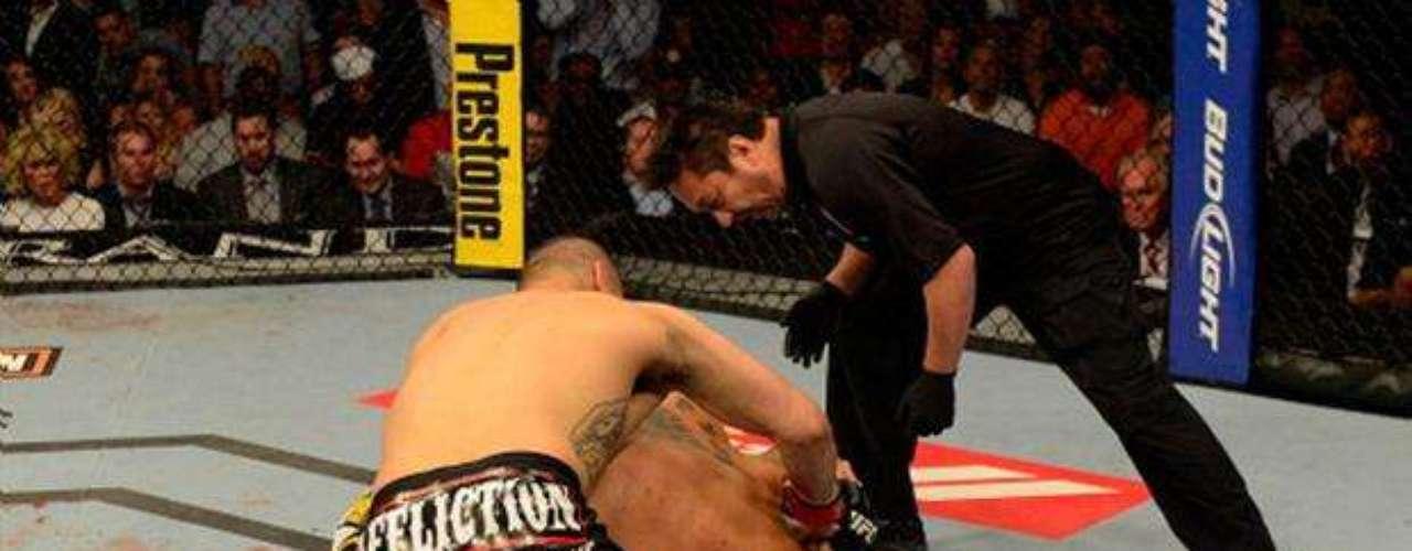 En UFC 146, Caín Velásquez no tuvo piedad de Antonio Silva, y lo acabó en el primerround, el 26 de mayo del 2012. La superioridad fue tan grande que Velásquez, con gran espíritu deportivo le pidió disculpas a Big Foot Silva por las heridas que le causó en el rostro.