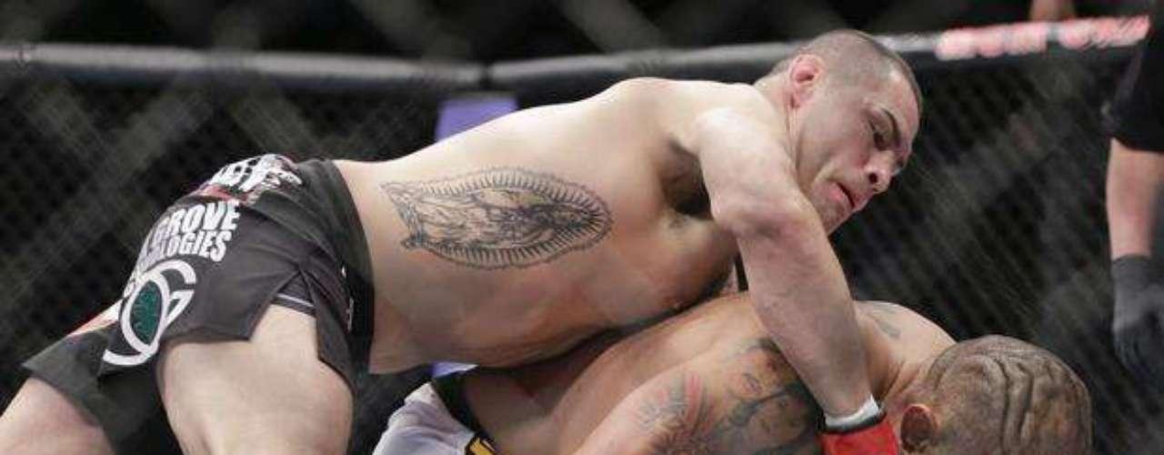 La pelea se celebró en el MGM Grand de Las Vegas (Nevada) y el campeóndestrozó a Silva en tan sólo minuto y medio, tras una serie de buenas combinaciones que no dieron oportunidad algunade responder al brasileño.