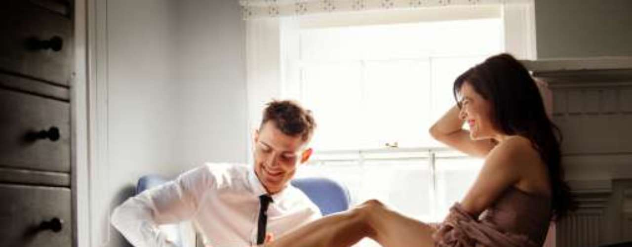 2. Tiempo. Ella dice, que aunque en ocasiones solemos estar en medio de una escena de sexo arrebatado y salvajemente desaforado que es absolutamente excitante; generalmente la mujer necesita dedicarle tiempo al juego previo, con caricias, palabras y besos.