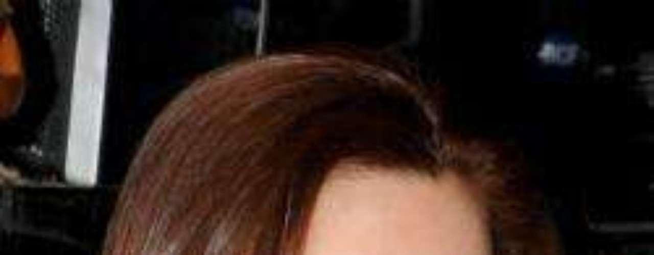 Ahora sí. Mónica optó esta vez por realzar sus rasgos con un buen maquillaje, que no hay duda alguna, la mejora 5 veces y la hacer lucir como una mujer llamativa y muy agradable a la vista.