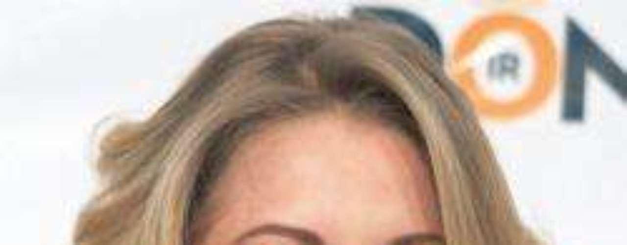 ¡Qué diferencia! Sabemos que no fue mucho el esmero que se puso en arreglar fisonomía facial de la actriz mexicana, pero cómo le hizo de bien.  Edith, por el color de cabello que trae y su clara tez, debe siempre acudir a un poco de 'make up' que la haga verse viva.