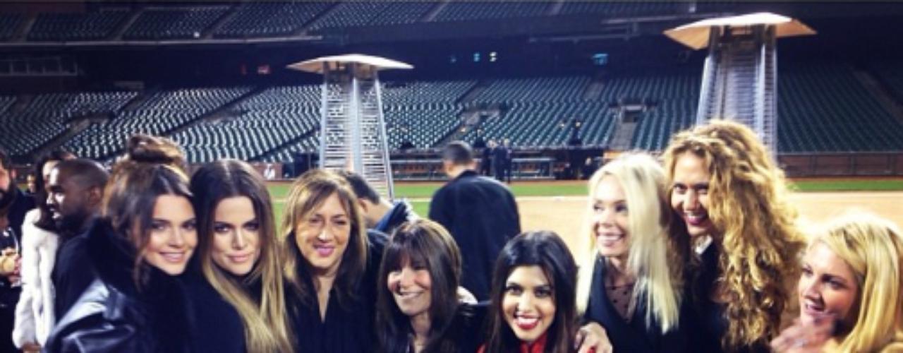 23 de Octubre - Después del momento romántico, amigos y familia que estaban celebrando el cumpleaños de Kim, brindaron y convivieron muy felices por la próxima y tercera boda de Kim Kardashian